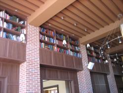 なぜか・・・ずらりと並んだ本棚