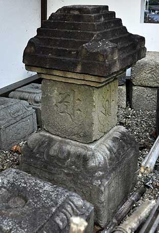 福知山城転用石石塔