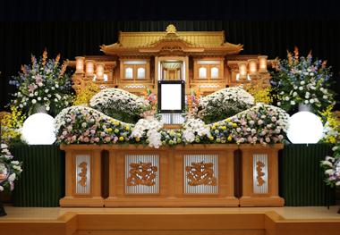華やかな色合いの花祭壇