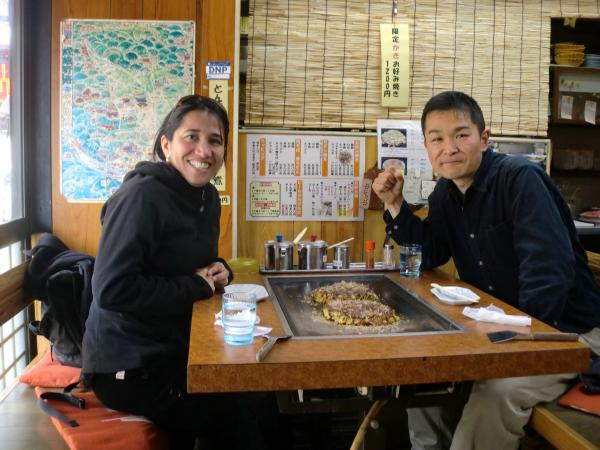 カウチサーフィン(カナダ、コロンビア):アリス、京都の嵐山のお好み焼き屋にて。