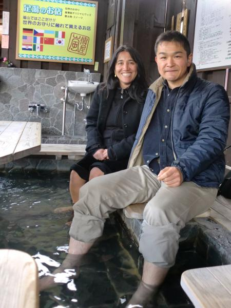 カウチサーフィン(コロンビア・カナダ):アリス、京都の嵐山の京福電鉄の駅中の足湯にて。