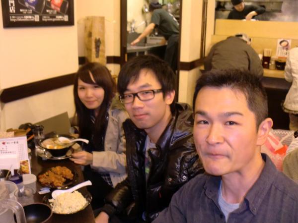 カウチサーフィン(中国・香港、アイシーとアーロン)、京都駅のラーメン店にて。
