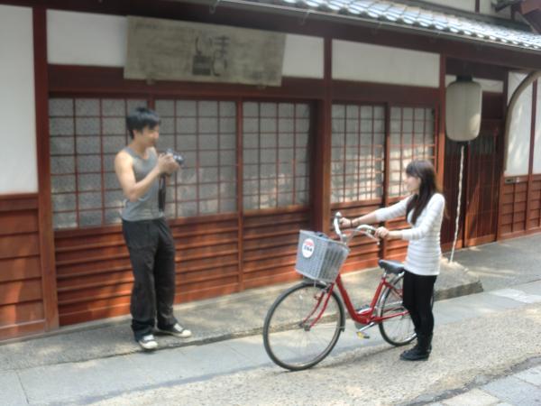 カウチサーフィン(中国・香港、アイシーとアーロン)、京都・嵐山の嵯峨野にある化野にて。