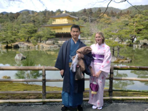 カウチサーフィン(イギリス、シャナ)、京都の金閣寺にて。