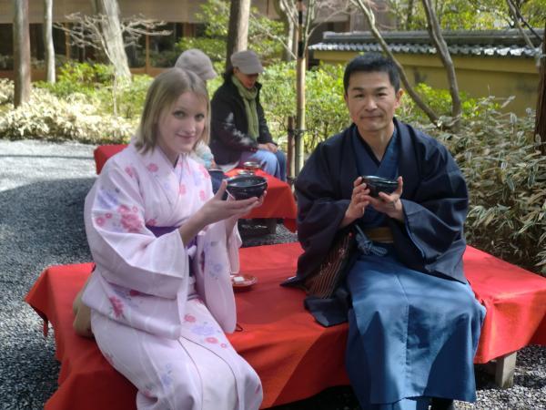 カウチサーフィン(イギリス・シャナ)、京都・金閣寺の抹茶席にて。