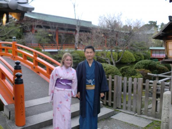 カウチサーフィン(イギリスからのシャナ)、京都・神泉苑にて。