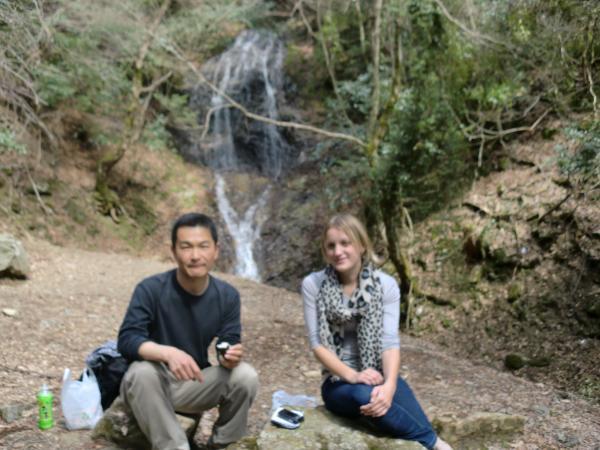 カウチサーフィン(イギリスから、シャナ)、京都の大原の三千院の近くの音無の滝にて。