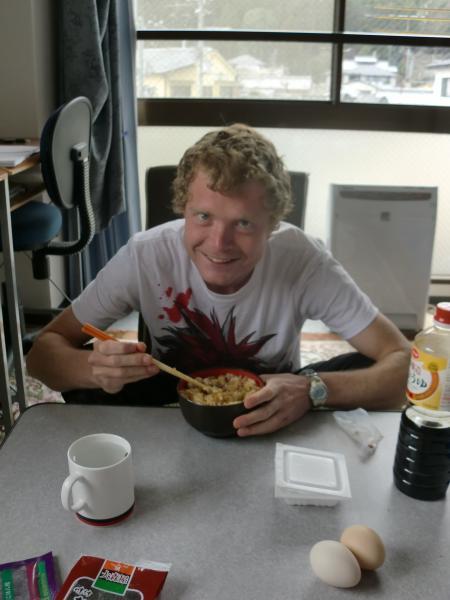 カウチサーフィン(イギリス・ロンドン、バーニー)、納豆を食べる外人。