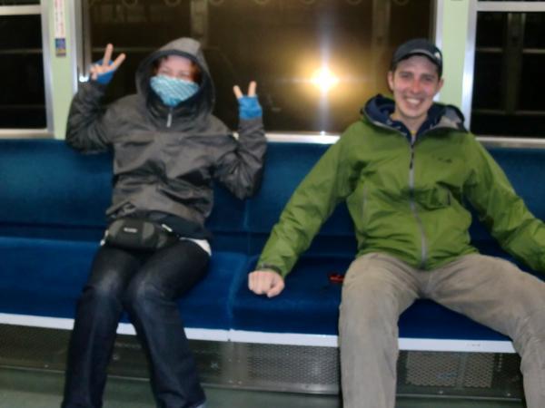 カウチサーフィン(ロシア・モスクワ、ロニとドミトリ)、叡山電車にて。