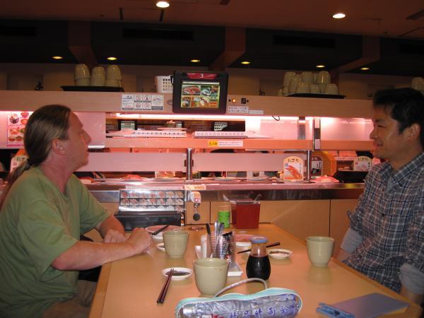 カウチサーフィン(スイス、ギィアートと私)、回転寿司店にて。