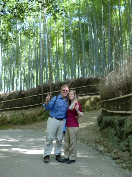 カウチサーフィン(アメリカ、ケイシーとアダム)、嵐山の竹林にて。