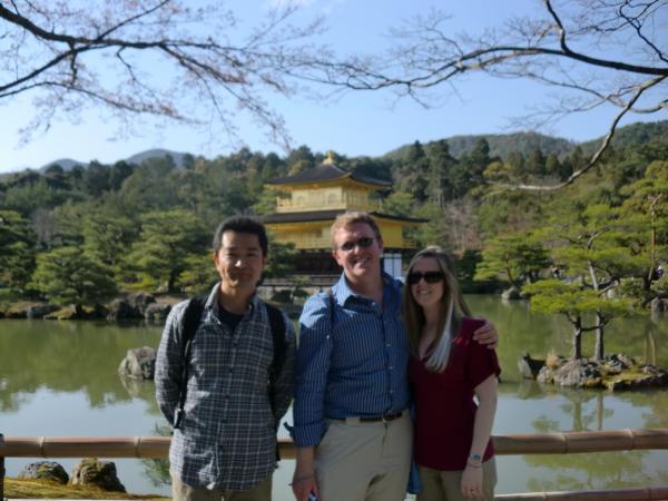 カウチサーフィン(アメリカ、ケイシーとアダムと私)、金閣寺にて。