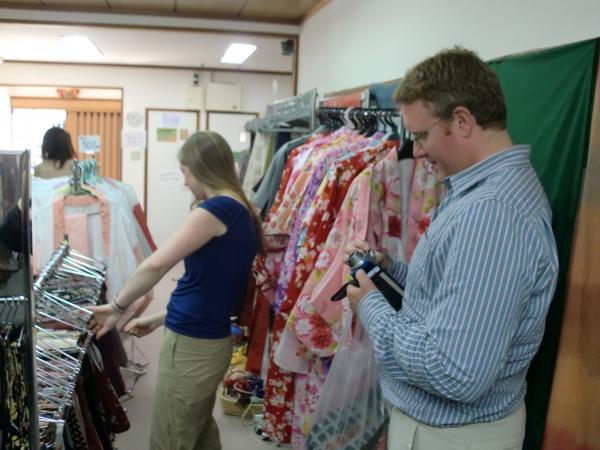 カウチサーフィン(アメリカ、ケーシーとアダム)、着物レンタルショップにて