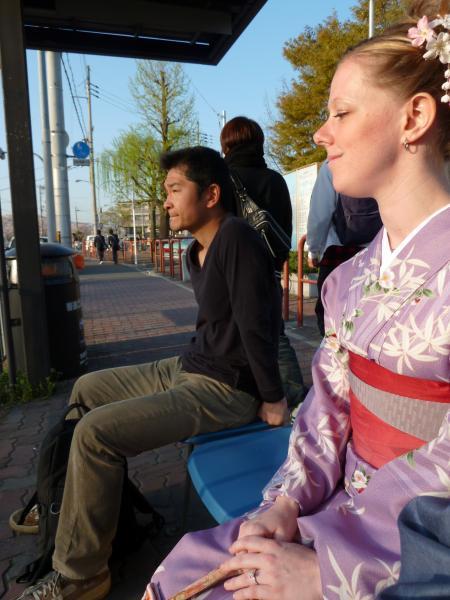 カウチサーフィン(アメリカ、私とケーシー)、バス停にて。
