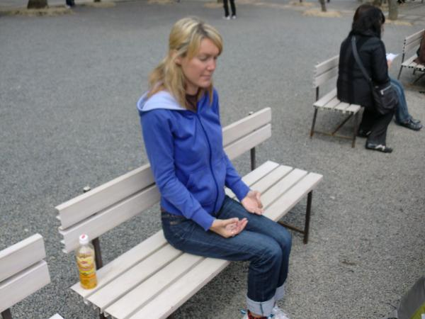 カウチサーフィン(ニュージーランド、リリィー)、瞑想中。