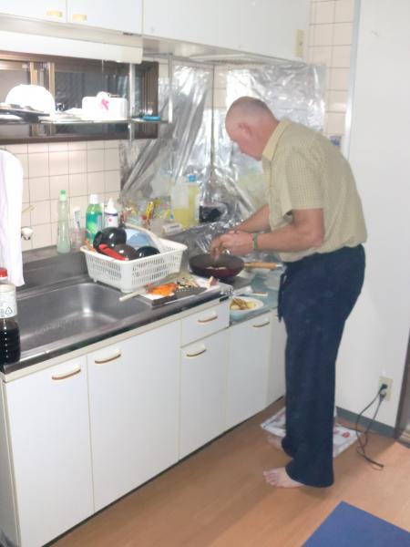 カウチサーフィン(オーストラリア、ティム)、料理中。