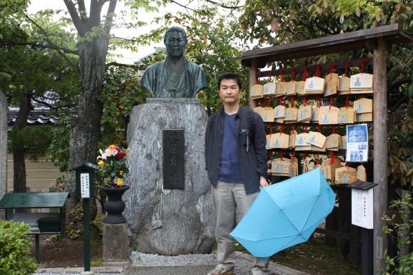 カウチサーフィン(私)、近藤勇の胸像と