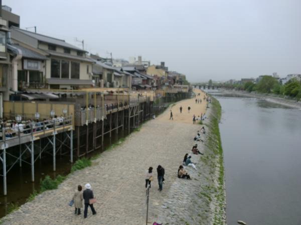 カウチサーフィン(京都・鴨川の納涼床)
