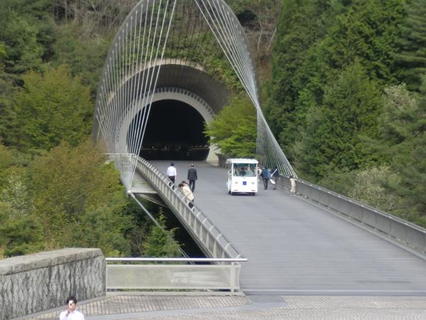 カウチサーフィン(Miho Museumのトンネル)