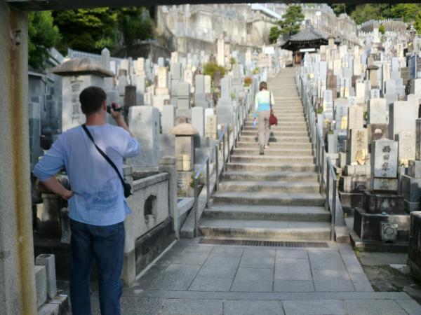 カウチサーフィン(ハンガリー、アティラとエスツァー)、墓地にて。