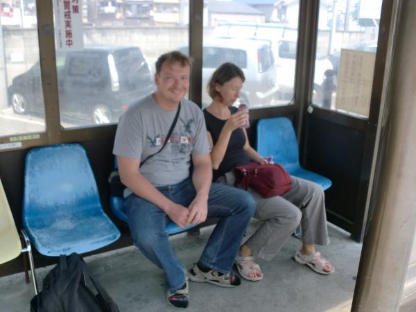 カウチサーフィン(ハンガリー、アティラとエスツァー)、バス停にて