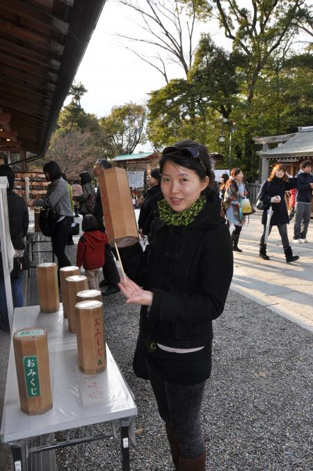 カウチサーフィン(恋みくじを引くイ、八坂神社にて。)