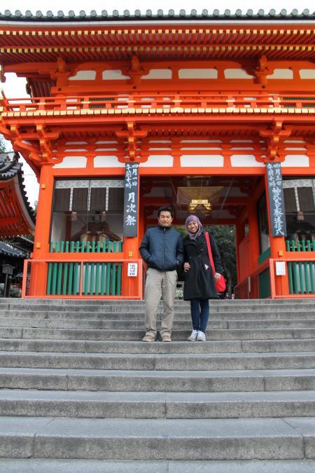 カウチサーフィン(メイサと私。八坂神社前にて。)
