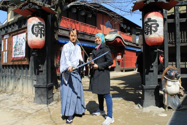 カウチサーフィン(お侍さんから剣術指南を受けるメイサ)