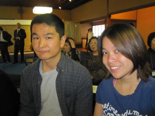 CouchSurfing(メイサンと私。都をどりのお茶席の会場内にて。)