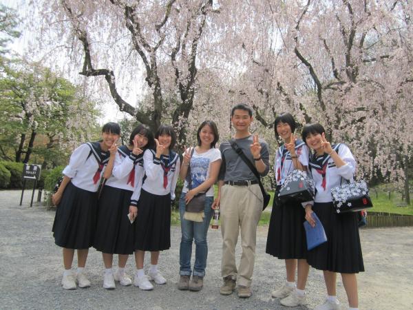 カウチサーフィン(中学生と一緒に写真を撮るメイサン。二条城にて。)