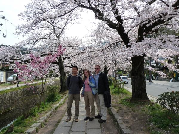 カウチサーフィン(アメリカ、ケーシーとアダムと私)、京都の哲学の道にて。
