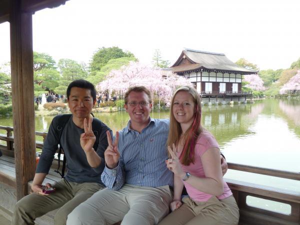 カウチサーフィン(アメリカ、ケーシーとアダムと私と)、平安神宮の神苑にて。