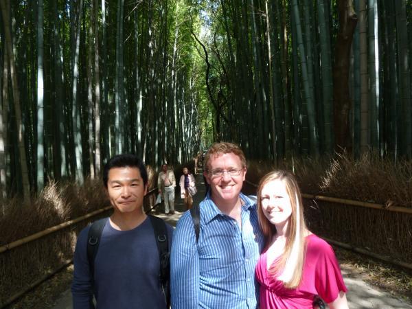 カウチサーフィン(アメリカ、ケーシーとアダムと私)、京都・嵐山の竹林にて。