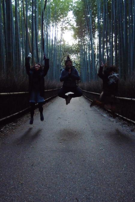 CouchSurfing(嵐山の竹林で飛び跳ねるリンとクリスタルとニッキー。)