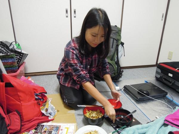カウチサーフィン(キティ、香港)、別室で食事の準備中