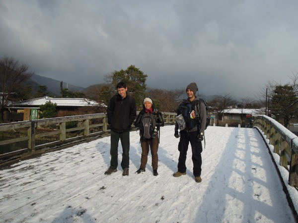 CouchSurfing(カウチサーフィン):クリス、シ、ドリ。京都・嵐山の中ノ島橋にて。