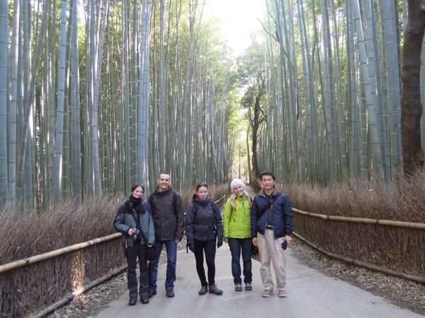 CouchSurfing(エミリー、アーモウ、マーセラ、アンナ、私。京都・嵐山の竹林にて。)