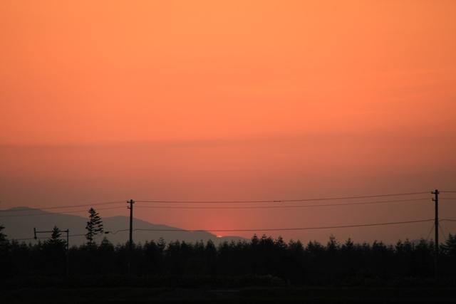 050山に沈む夕日と電線