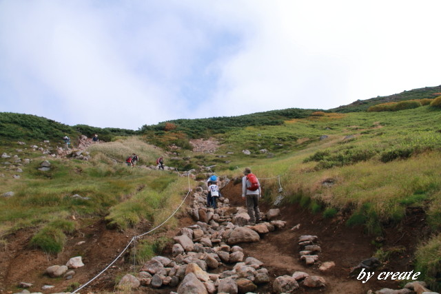 260中岳温泉方向に向かう小学生