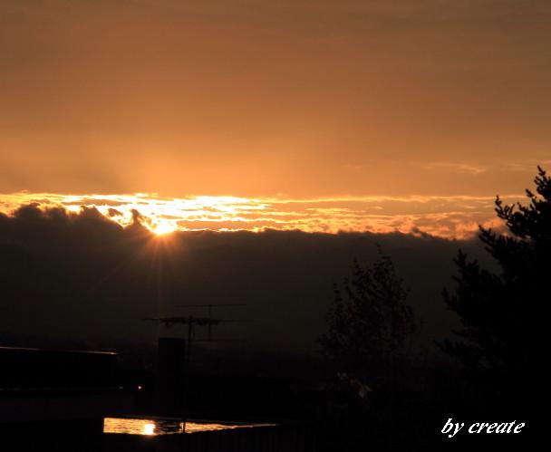 034屋根の水溜りに映った夕日