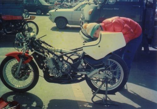 '83年TZ250を整備する鈴木さん