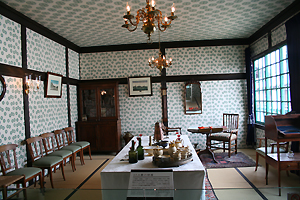 当時の部屋が再現されてます。完成度高井ちゃん。