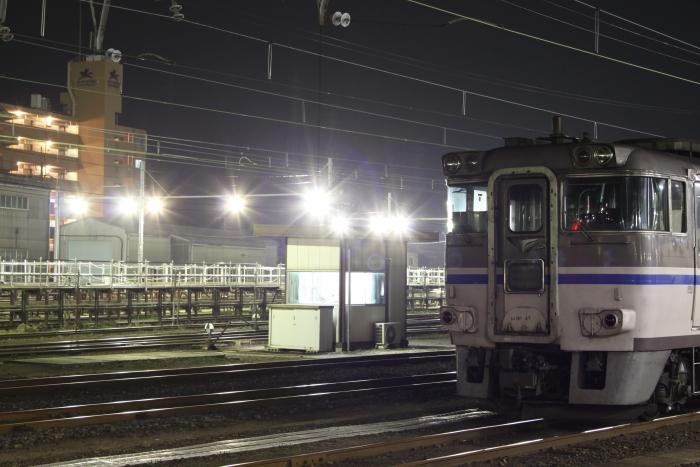 米子駅構内の照明に照らされるキハ181