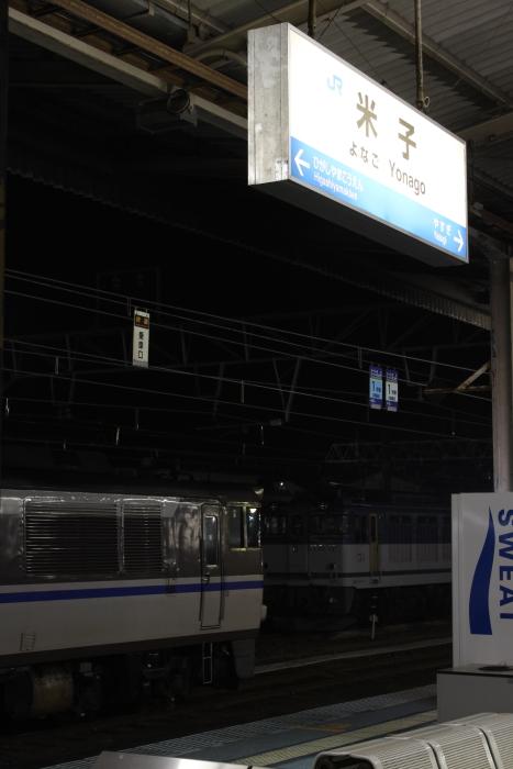 米子駅の駅名票とキハ181系
