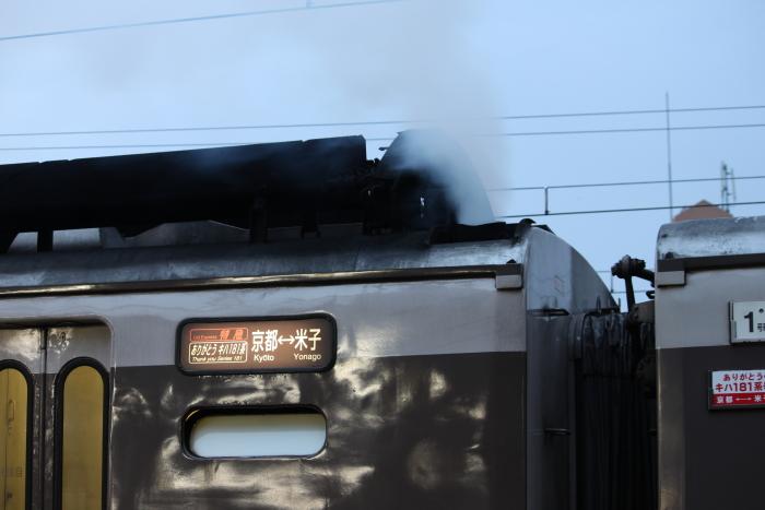 マフラーから吹き上げる爆煙