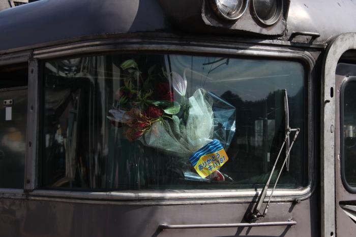 助手席に置かれた花束