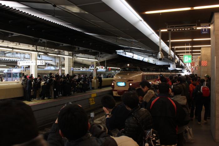 ありがとう489系号停車中の大阪10・11番線