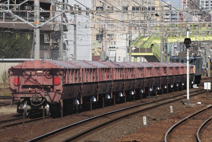 国鉄色のEF64牽引の赤ホキ(熱田)