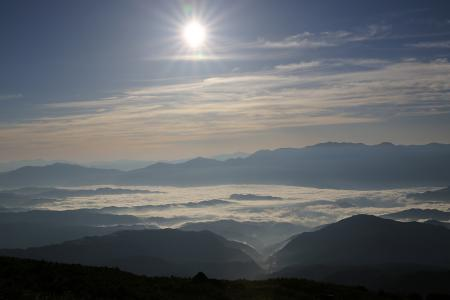 雲海の木曽谷に朝日が降り注ぐ