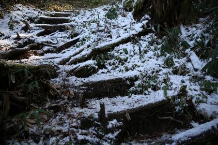 雪は上のコル付近からぼちぼちと